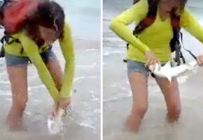 Τουρίστρια στην Βραζιλία τραβάει με την βία από την θάλασσα καρχαριάκι για σέλφι και παίρνει αυτό που της αξίζει (VIDEO)