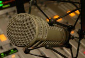 Πολλά βαρύς ακροατής σε μεταμεσονύχτιο τηλεφώνημα σε αθλητικό ράδιο τρώει διακοπή από τη μανούλα του (AUDIO)