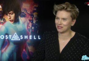 Η στιγμή που η Σκάρλετ Γιοχάνσον μαθαίνει ότι ο Ευκλείδης Τσακαλώτος θέλει να την βγάλει έξω για ένα κοκτέιλ (VIDEO)