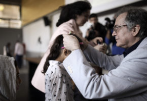 50 προσφυγόπουλα άκουσαν παραμύθια από τον Ευγένιο Τριβιζά με αφορμή την Παγκόσμια Ημέρα Βιβλίου