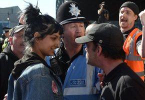 Το χαμόγελο αυτού του κοριτσιού μπροστά από τον εξαγριωμένο φασίστα επαναφέρει την πίστη μας στην ανθρωπότητα