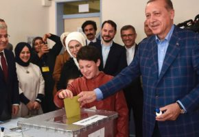 Με οριακή νίκη του Ερντογάν και καταγγελίες για νοθεία ξημερώνει η επόμενη ημέρα για την Τουρκία