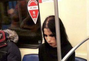 Τύπισσα σκάει μύτη με κοράκι στο μετρό της Μόσχας, τερματίζει το Γκοθ
